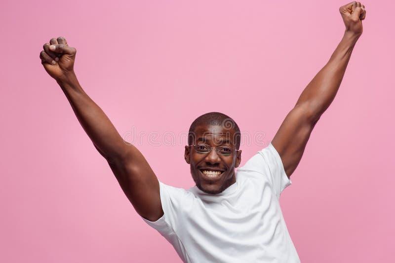 Retrato de un hombre afroamericano muy feliz fotos de archivo libres de regalías