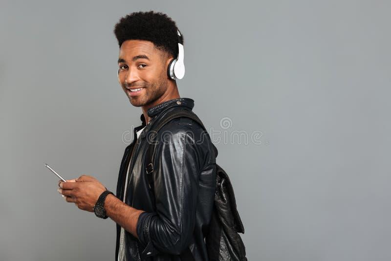 Retrato de un hombre afroamericano sonriente con la mochila fotografía de archivo