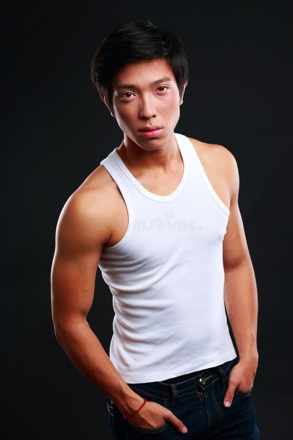 Retrato de un hombre asiático muscular serio imagen de archivo libre de regalías