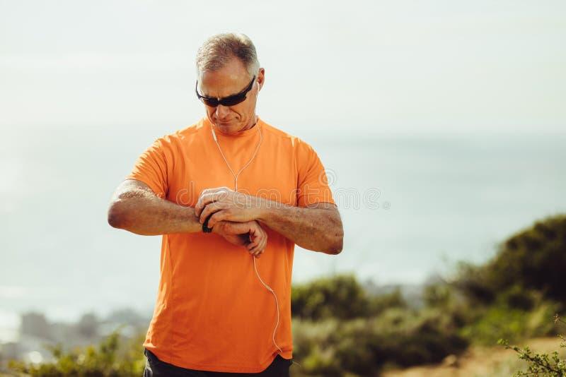 Retrato de un hombre atlético mayor al aire libre foto de archivo libre de regalías