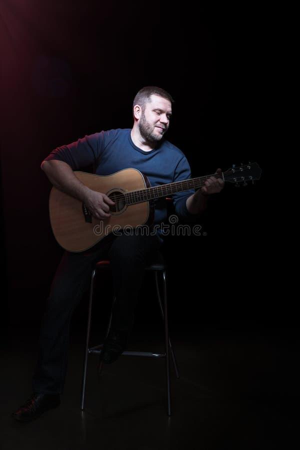 Retrato de un hombre barbudo con la guitarra foto de archivo libre de regalías