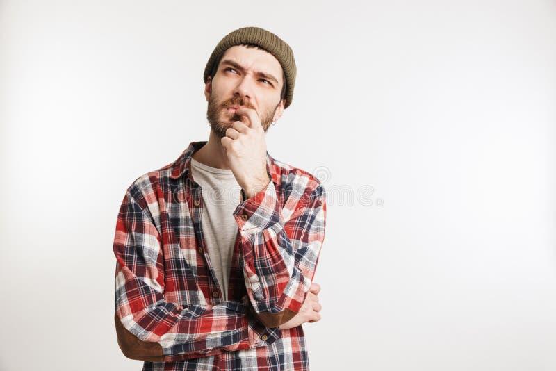 Retrato de un hombre barbudo pensativo en camisa de tela escocesa foto de archivo