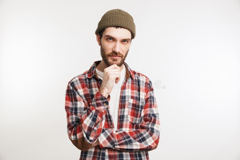 Retrato de un hombre barbudo pensativo en camisa de tela escocesa fotografía de archivo