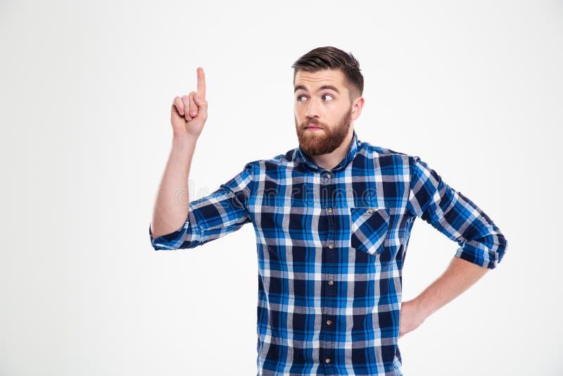 Retrato de un hombre casual pensativo que destaca el finger imagen de archivo