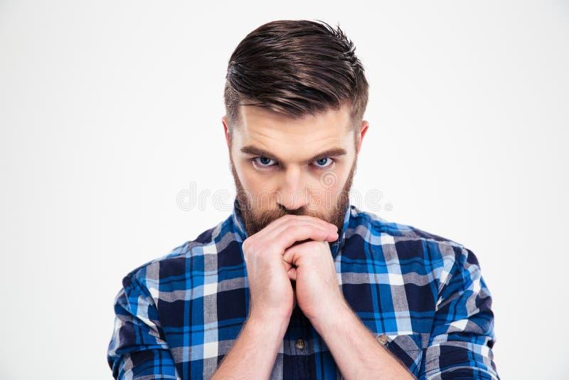 Retrato de un hombre casual pensativo que mira la cámara foto de archivo