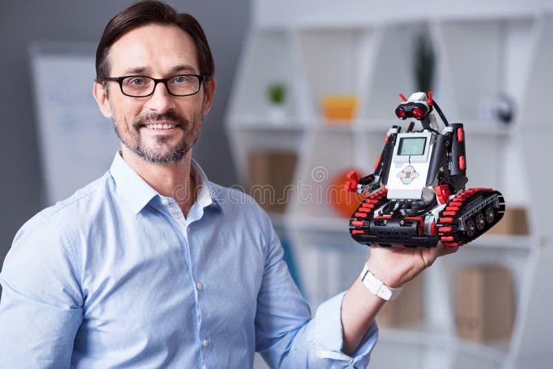 Retrato de un hombre con el droid imagen de archivo