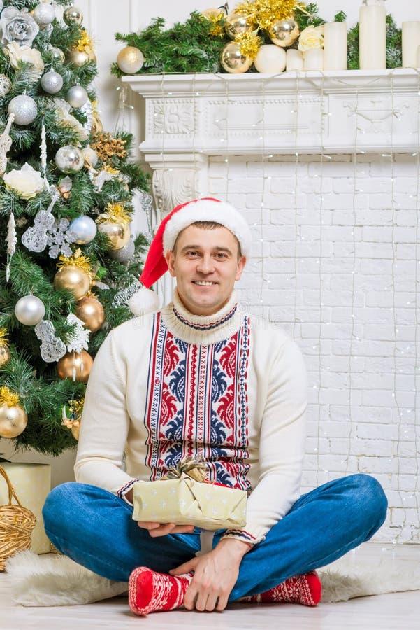 Retrato de un hombre con un regalo imágenes de archivo libres de regalías