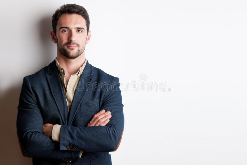 Retrato de un hombre con sus brazos cruzados foto de archivo libre de regalías