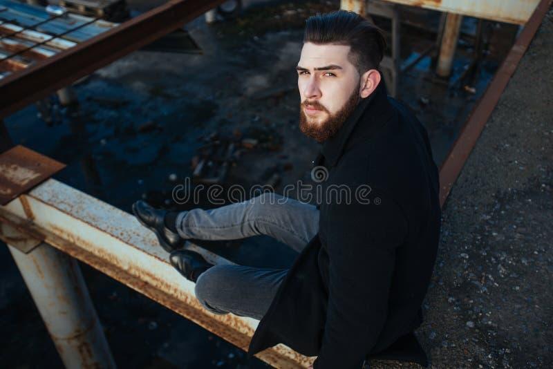 Retrato de un hombre con una barba imagenes de archivo
