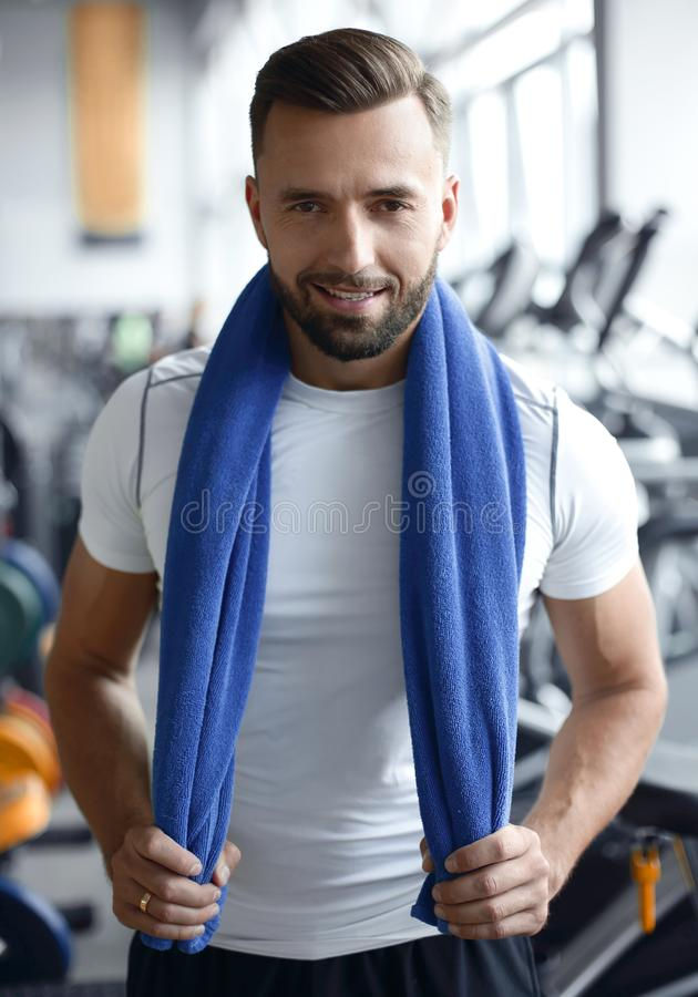Retrato de un hombre confiado de los deportes en el gimnasio imagen de archivo libre de regalías