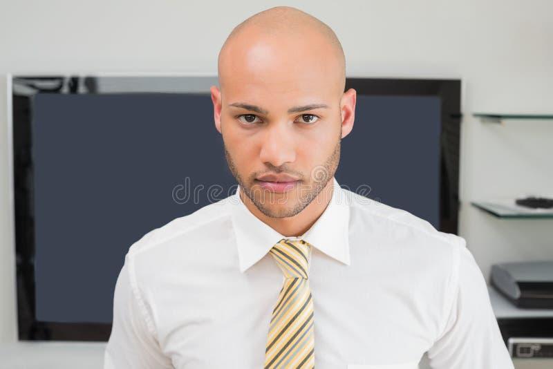 Retrato de un hombre de negocios calvo serio en la oficina fotos de archivo libres de regalías