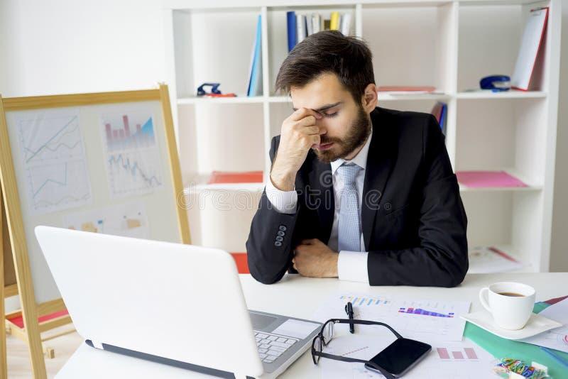 Retrato de un hombre de negocios cansado imagenes de archivo