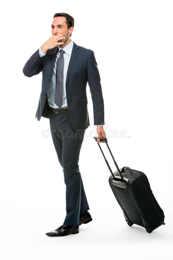 Retrato de un hombre de negocios con la maleta que para un taxi foto de archivo