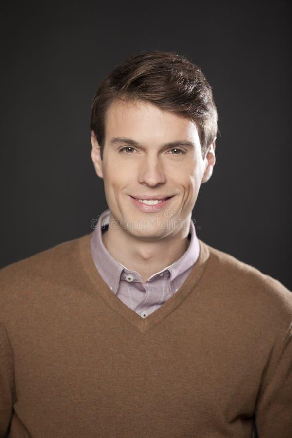 Retrato de un hombre de negocios hermoso en suéter marrón fotos de archivo libres de regalías