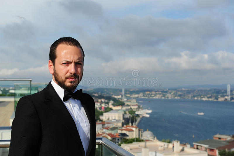 Retrato de un hombre de negocios hermoso que parece serio fotografía de archivo libre de regalías