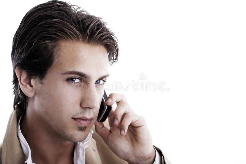Retrato de un hombre de negocios joven en el teléfono imagen de archivo