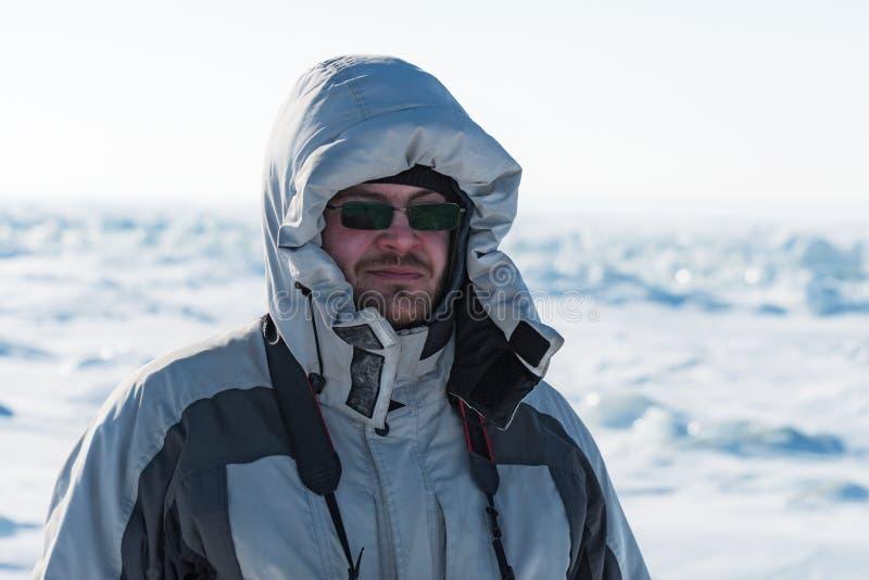 Retrato de un hombre en abajo chaqueta gris fotografía de archivo