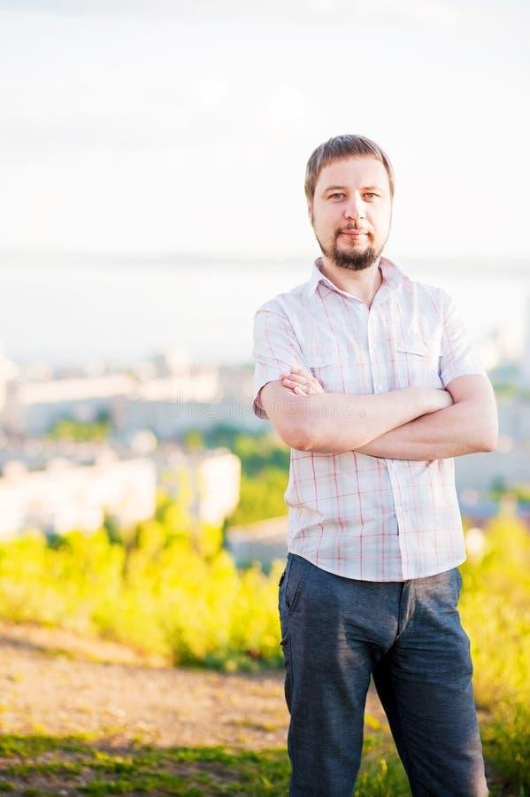 Retrato de un hombre en el fondo de Saratov, Rusia, vista de las casas, el río Volga, el puente a Engels El paisaje o foto de archivo