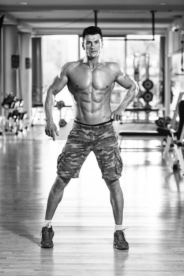 Retrato de un hombre en gimnasio moderno fotos de archivo