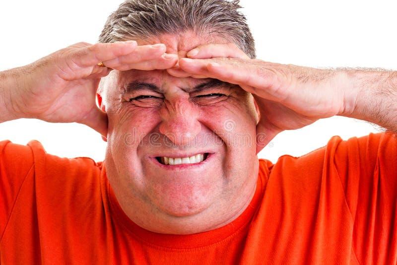 Retrato de un hombre expresivo que sufre de un dolor de cabeza severo imagenes de archivo
