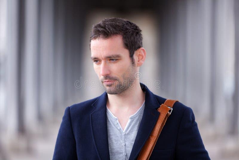 Retrato de un hombre francés atractivo joven en París fotografía de archivo