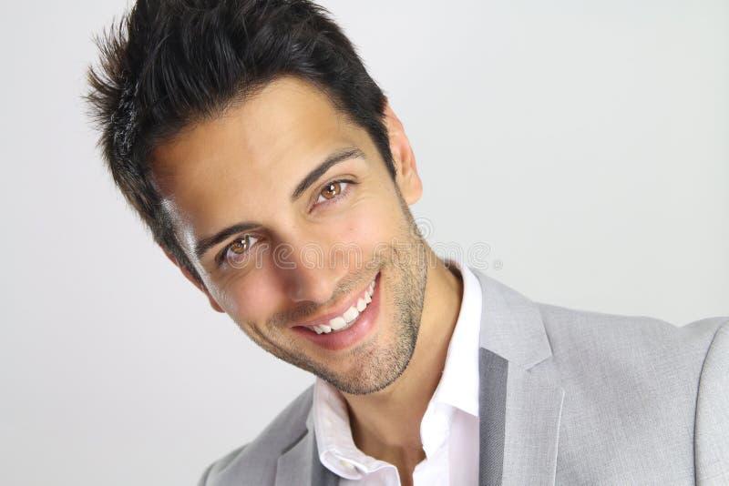 Retrato de un hombre hermoso con una sonrisa hermosa de la cara fotografía de archivo