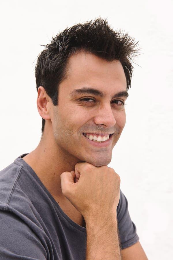 Retrato de un hombre hispánico feliz foto de archivo
