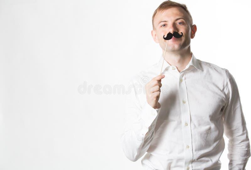 Retrato de un hombre joven atractivo que lleva un bigote retro de la falsificación del estilo imágenes de archivo libres de regalías