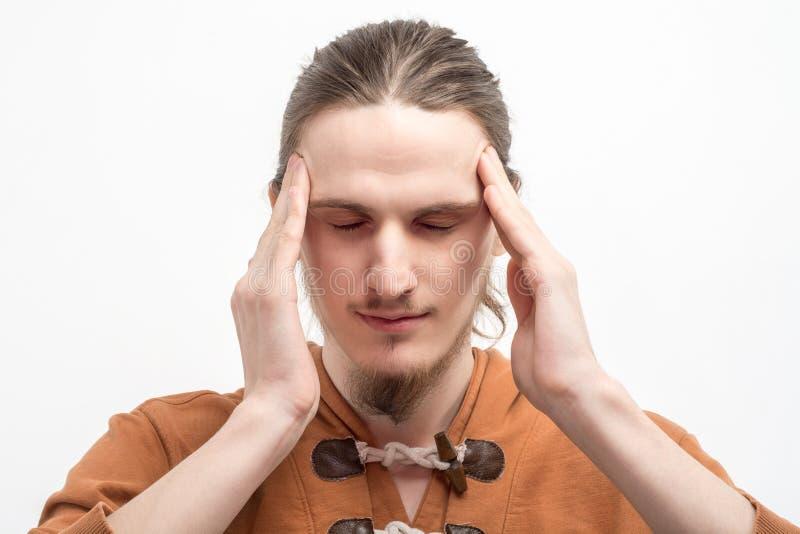 Retrato de un hombre joven con la cabeza de dolor fotografía de archivo