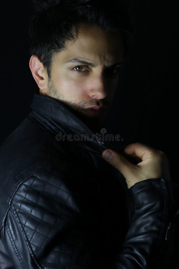 Retrato de un hombre joven con la chaqueta de cuero imagen de archivo libre de regalías