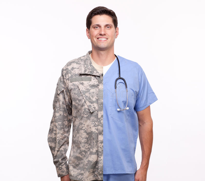 Retrato de un hombre joven con la enfermera y el soldie masculinos de las carreras de la fractura fotos de archivo libres de regalías