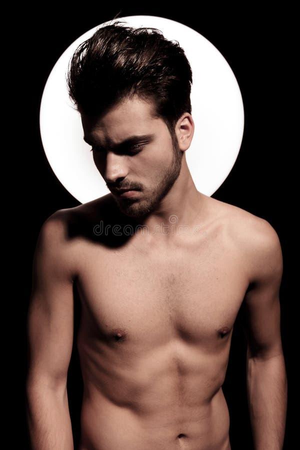 Retrato de un hombre joven del ajuste desnudo con aureola ligera imágenes de archivo libres de regalías