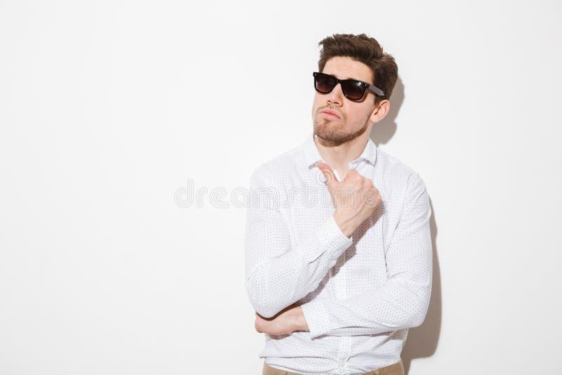 Retrato de un hombre joven dudoso fotografía de archivo