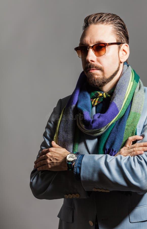 Retrato de un hombre joven elegante hermoso fotos de archivo