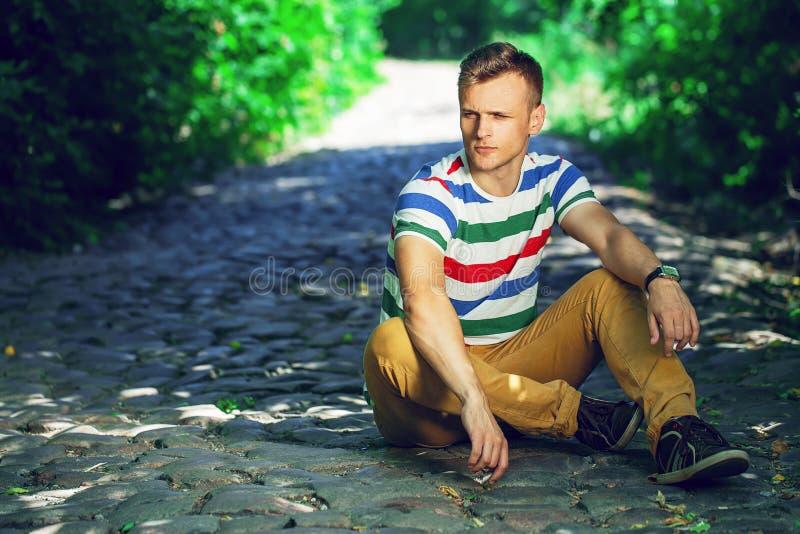 Retrato de un hombre joven en ropa informal y vidrios de moda imagenes de archivo