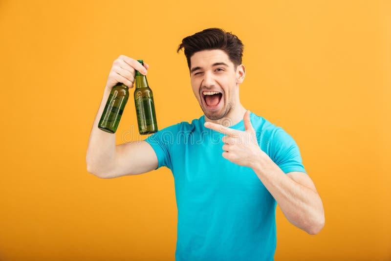 Retrato de un hombre joven feliz en camiseta fotos de archivo