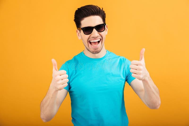 Retrato de un hombre joven feliz en gafas de sol fotos de archivo