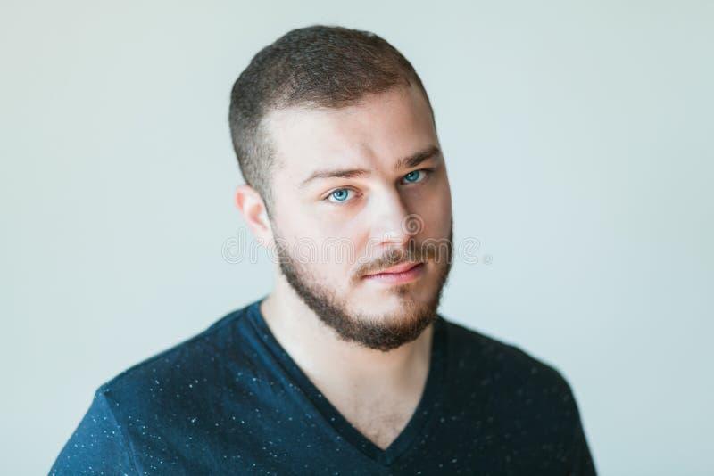 Retrato de un hombre joven hermoso imagen de archivo libre de regalías