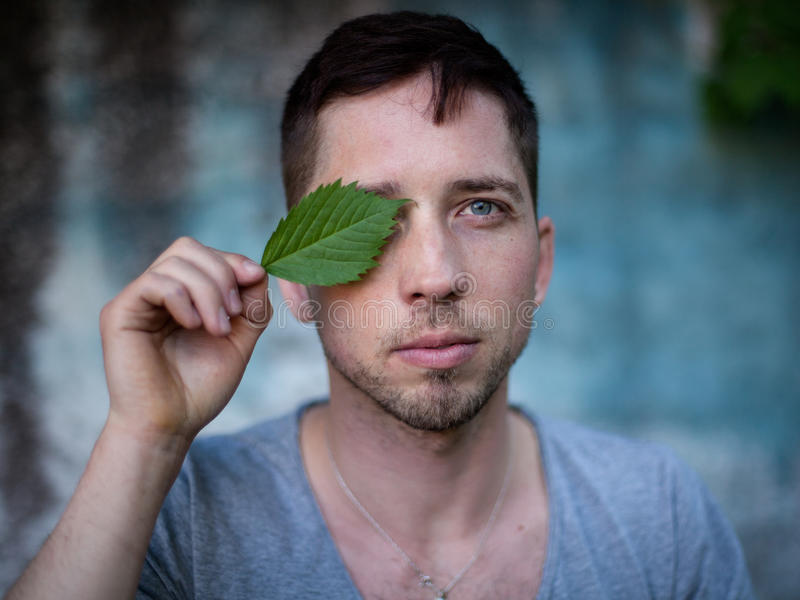 Retrato de un hombre joven hermoso con los ojos cerrados en un metálico fotos de archivo libres de regalías