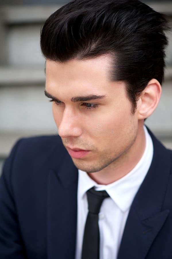 Retrato de un hombre joven hermoso en traje y lazo imagen de archivo