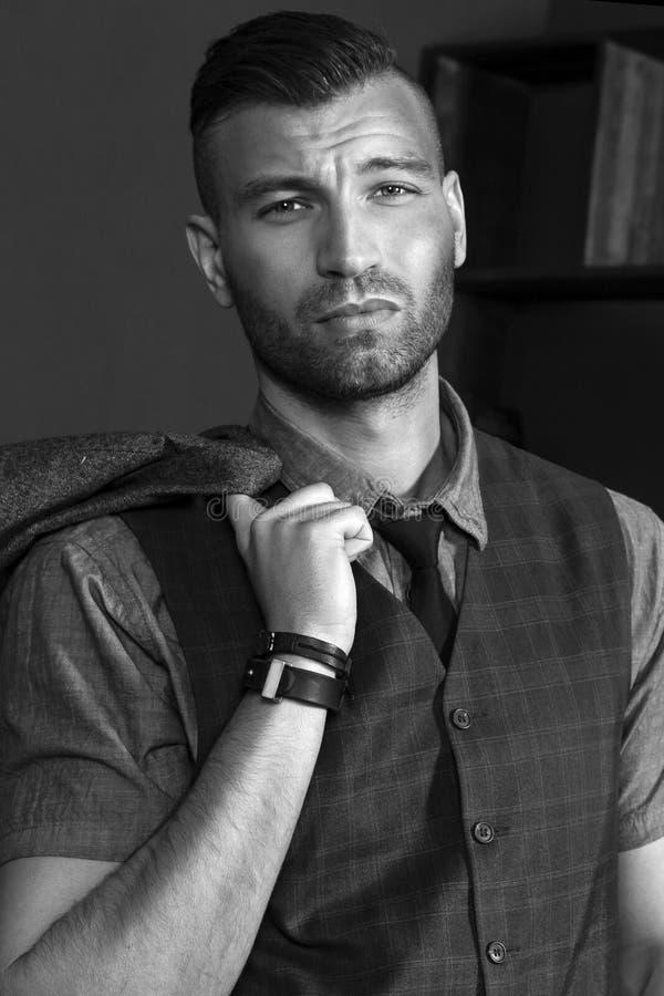 Retrato de un hombre joven hermoso Mirada brutal descarada Primer de moda elegante del hombre foto de archivo libre de regalías
