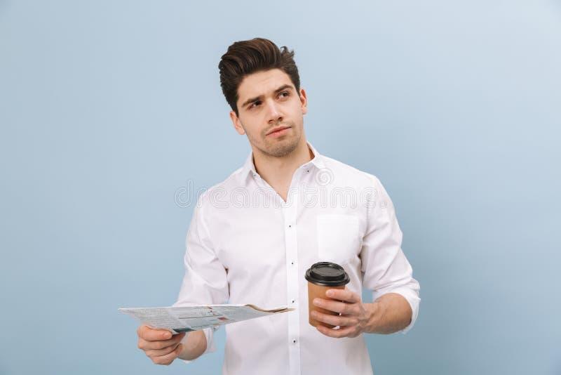 Retrato de un hombre joven hermoso pensativo imagen de archivo libre de regalías