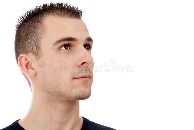 Retrato de un hombre joven hermoso que mira hacia arriba imagen de archivo