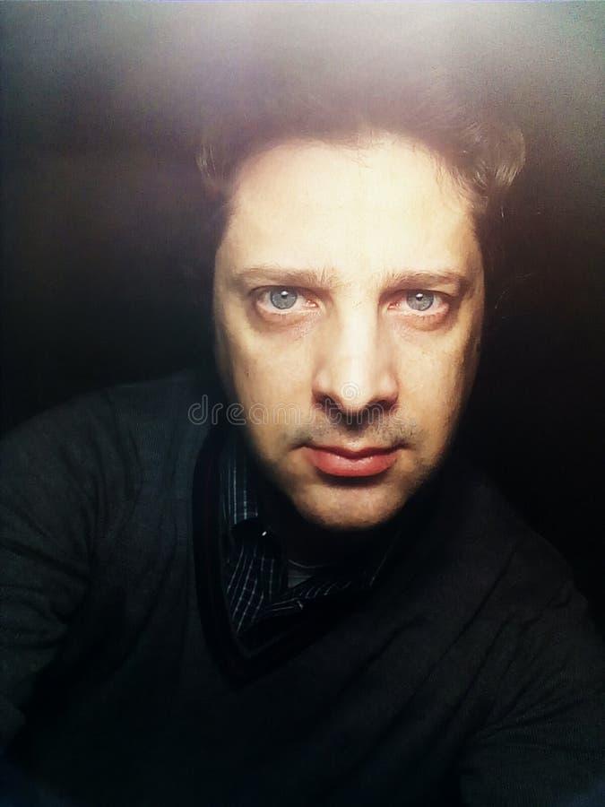 Retrato de un hombre joven que mira en la cámara - foto imagen de archivo