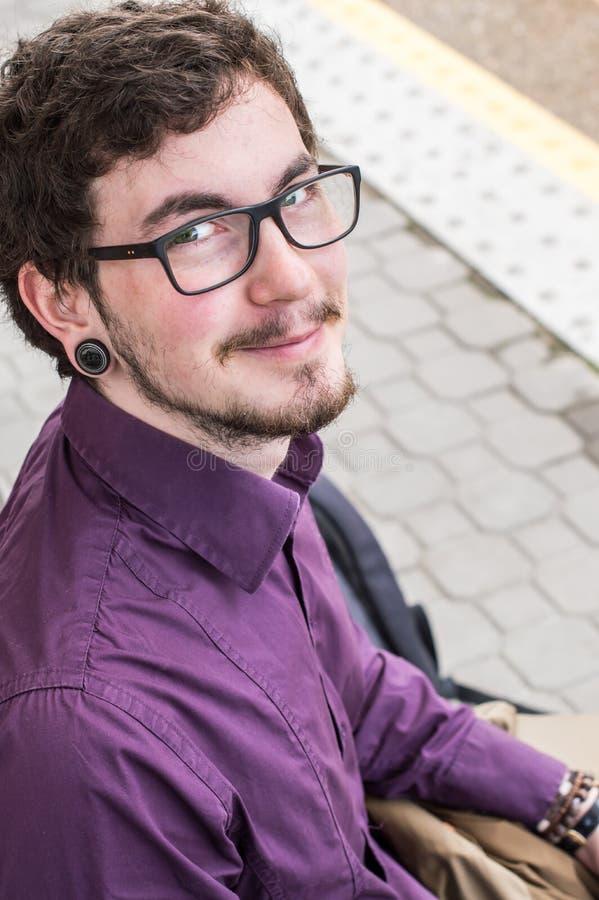 Retrato de un hombre joven sonriente fotos de archivo