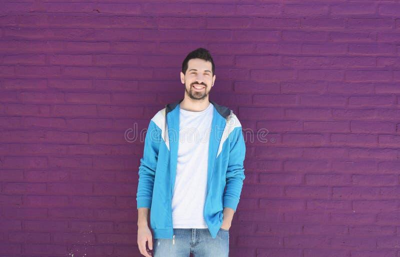 Retrato de un hombre latino joven fotos de archivo
