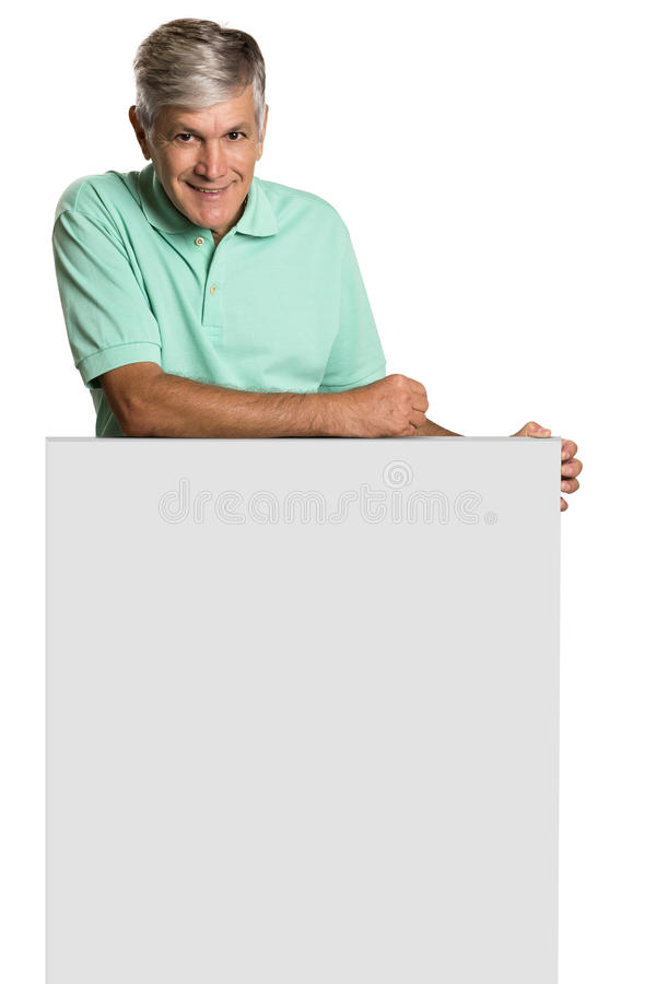 Retrato de un hombre maduro que sostiene un panel en blanco fotografía de archivo libre de regalías
