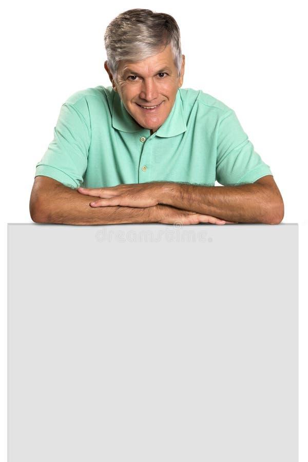 Retrato de un hombre maduro que sostiene un panel en blanco foto de archivo