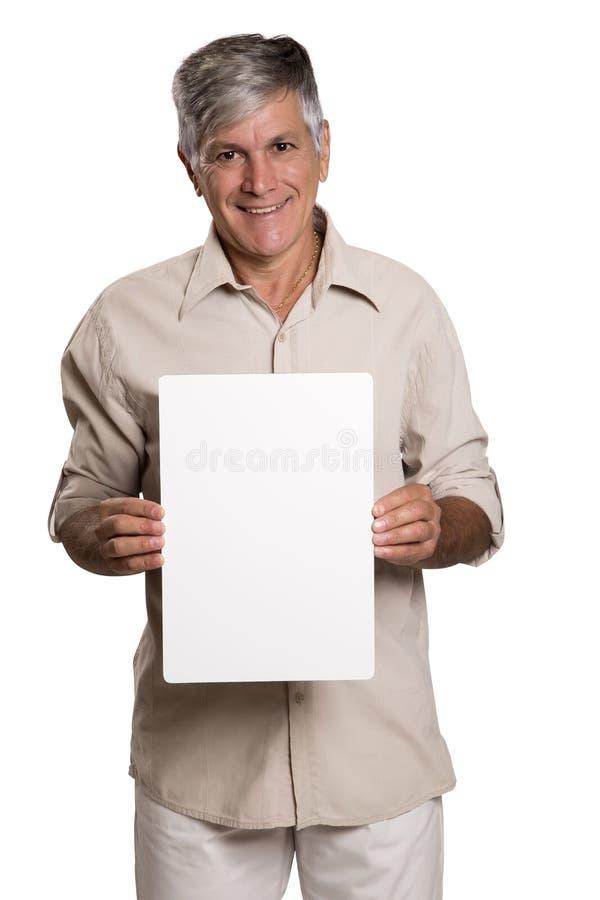 Retrato de un hombre maduro que sostiene un panel en blanco fotos de archivo libres de regalías
