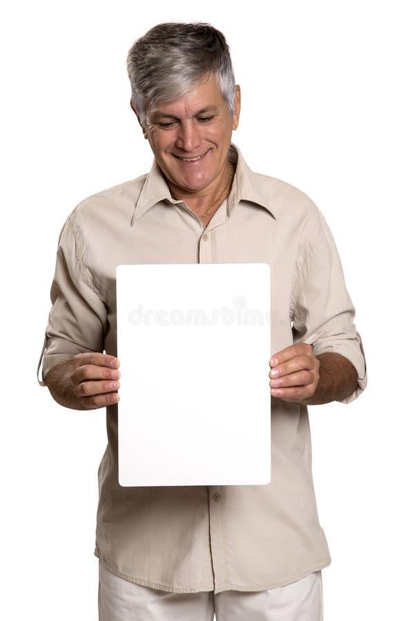 Retrato de un hombre maduro que sostiene un panel en blanco imagen de archivo libre de regalías